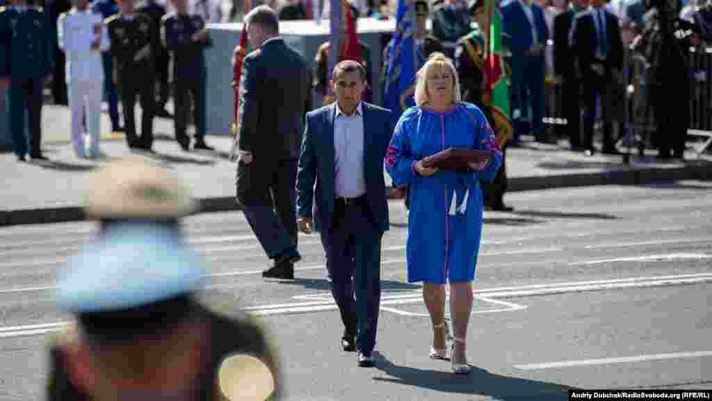 Во время военного парада ко Дню Независимости президент Петр Порошенко присвоил звание Герой Украины лейтенанту Олегу Довгому посмертно. На фото – родители лейтенанта после получения ордена