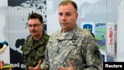 Генерал-лейтенант Бен Годжес (попереду), архівне фото