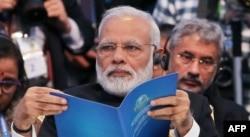 ШЫҰ саммитінде отырған ұйымның жаңа мүшесі - Үндістан премьер-министрі Нарендра Моди. Астана, 9 маусым 2017 жыл.