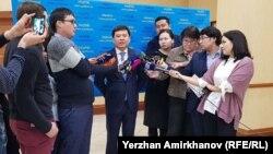 Журналистер әділет министрі Марат Бекетаевтан сұхбат алып тұр. Астана, 28 наурыз 2018 жыл.
