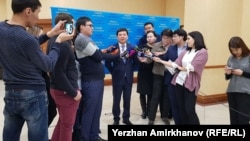 Билік өкілінен пікір алып тұрған қазақстандық журналистер. Көрнекі сурет