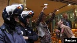 Një protestues konfrontohet me një shitëse afër policëve, gjatë grevës së përgjithshme në Spanjë, Palma de Majorka, 29 mars 2012