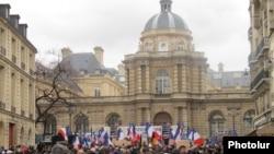 نمایی از ساختمان مجلس سنای فرانسه در روز تصویب طرح «نسل کشی»، سوم بهمنماه ۱۳۹۰