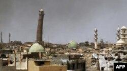 Мосулдағы әл-Нури мешіті мен оның қисайған мұнарасының қиратылмай тұрған кездегі көрінісі, Ирак.