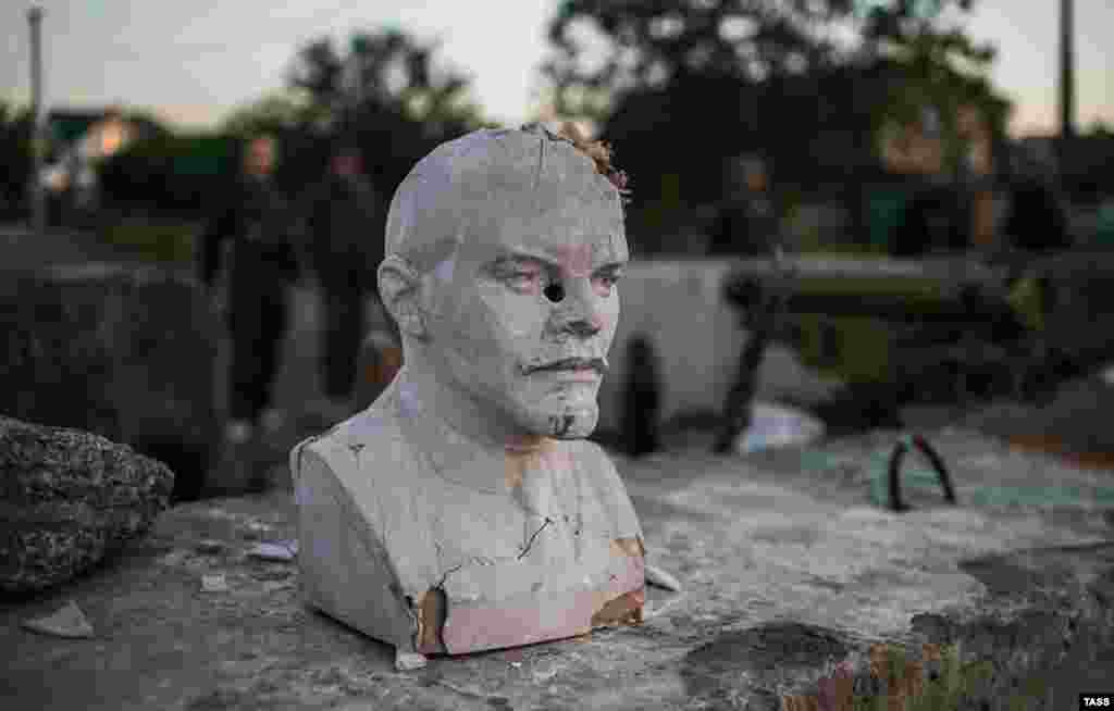 Armed pro-Russian militants guard a checkpoint bearing a bust of Soviet founder Vladimir Lenin in the village of Semenovka, near the eastern city of Slovyansk on May 22. (ITAR-TASS/Mikhail Pochuyev)