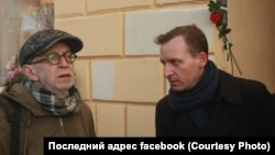 "Ян Махонин (справа) и Лев Рубинштейн на открытии таблички ""Последний адрес"""