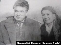Сүрөттө: Социалисттик Эмгектин Баатырлары - жазуучу Чыңгыз Айтматов, пахтакер Өлмөскан Атабекова