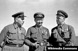 Командарм 2-го ранга Г. М. Штерн, маршал Монгольской Народной Республики Х. Чойбалсан и командир корпуса Г. К. Жуков на командном пункте Хамар-Даба. Халхин-Гол, 1939 год.