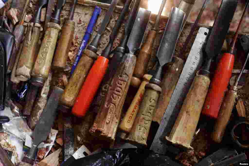 Такі інструменти майстри використовують при роботі з дерев'яними статуями