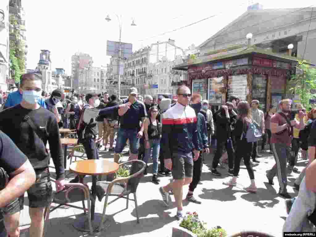 """Молодежь, планировавшая сорвать """"Марш равенства"""", многим напомнила легендарных """"титушек"""", избивавших участников Майдана зимой 2013-2014 годов."""