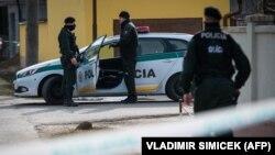 Поліція на місці злочину, де вбили словацького журналіста Яна Куціака та його подругу Мартіну Кушнірову. Велька-Мача, 26 лютого 2018 року
