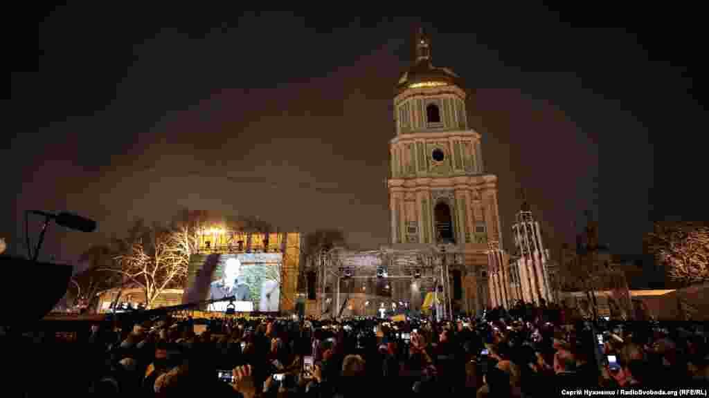 Біля собору Святої Софії в Києві, де проходив Об'єднавчий собор з утворення єдиної Української помісної православної церкви