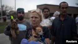 Готовящиеся к эвакуации жители Рокпорта, дома которых разрушены ураганом «Харви». 26 августа 2017 года.