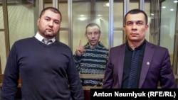 Руслан Зейтуллаев (в центре) вместе со своими адвокатами