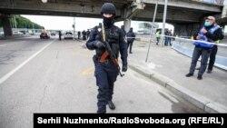 1 червня поліціяотримала повідомленняпро замінований міст Метро в Києві. Чоловіка з муляжем вибухового пристроюневдовзі затримали