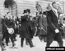 Пасьля падпісаньня міру зь Нямеччынай у Вэрсалі, 28 чэрвеня 1919 году. Архіў Музэю імпэрыялістычных войнаў, Брытанія