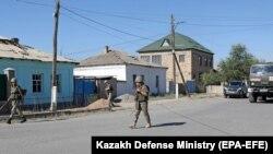 На распространенном министерством обороны Казахстана 26 июня 2019 года фото - военные в городе Арыси Туркестанской области Казахстана после взрывов в хранилище боеприпасов 24 июня.