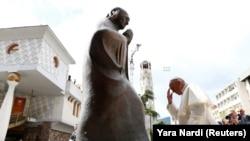 Papa se pognutom glavom pomolio pred spomenikom Majke Tereze i položio cveće