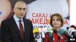 Вицепремиерката за европски прашања Теута Арифи и директорот на Генералниот директорат за проширување на Европската комисија Стефано Санино во Скопје.