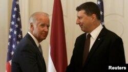 Віце-президент США Джо Байден (Л) і президент Латвії Раймондс Вейоніс