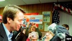 Демократ намзәтләрнең берсе Джон Эдвардс урамда халык белән очраша
