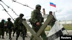 Російські військовослужбовці на території української військової частини в селі Перевальному під Сімферополем, 4 березня 2014 року