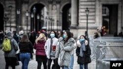 Иностранные туристы у здания Лувра. Париж, 29 февраля 2020 года.