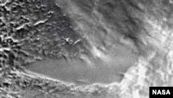 На спутниковых снимках Антарктиды видна пологая, пониженная часть ледникового покрова, под которой, очевидно, и находится подледное озеро.
