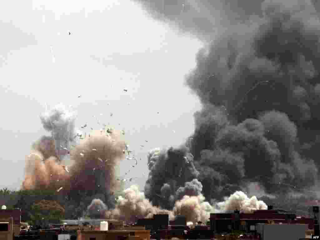 Дым в городе Триполи (Ливия). - После атаки самолетов НАТО в районе резиденции ливийского лидера Муаммара Каддафи в г.Триполи. Фото AFP.
