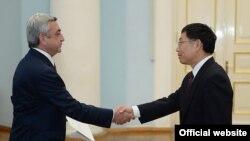 Президент Армении Серж Саргсян принимает новоназначенного посла Китая в Армении Тиена Эрлонга (справа), Ереван, 18 ноября 2014 г. (Фотография - пресс-служба президента Армении)