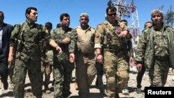 Американский инструктор с курдскими бойцами (Сирия).