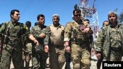 Америкалык инструктор күрд ыктыярчылары менен. Сирия.
