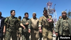 Американский инструктор с курдскими бойцами в Сирии.