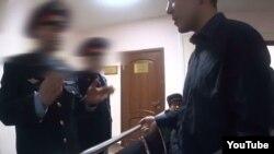 Адвокат Бауыржан Азановтың Астана сотында полицейлермен әңгімесі түсірілген видеодан скриншот.