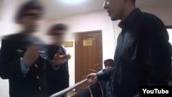 Скриншот видеозаписи разговора адвоката Бауыржана Азанова с полицейскими в здании суда в Астане.
