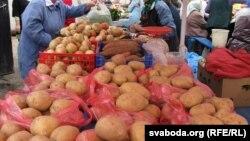 Bazarda kartof satışı.