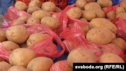 Картофель на прилавках рынка. Иллюстративное фото.