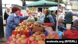 На гомельскім рынку бульба па дзьве з паловай — тры тысячы.