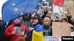 Демонстрація на підтримку України біля будівлі, де відбувається зустріч міністрів закордонних справ ЄС, Брюссель, 20 лютого 2014 року