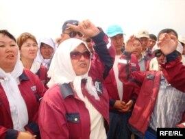 «Доссормұнайгаз» кәсіпорны операторы Ләззат Мырзабаева жұмысшылардың еңбекақы төлеміне қатысты талаптарын айтып тұр. Мақат ауданы, Атырау облысы, 1 шiлде 2010 жыл.