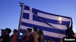 """Поддржувачи на ектремистичката """"Златна Зора"""" во Атина, илустрација"""