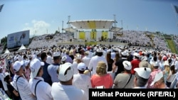 Папа Римский Франциск проводит мессу на стадионе в Сараево. 6 июня 2015 года.