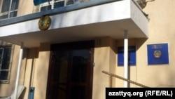 У здания Сарыаркиного районного суда № 2 в Астане.