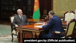 Аляксандар Лукашэнка сустрэўся са старшынём Менскага аблвыканкаму Анатолем Ісачанкам — паводле дзяржаўных СМІ, гэта адбылося 31 ліпеня