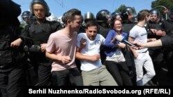Противники маршу намагаються заблокувати рух колони. Київ, 18 червня 2017 року