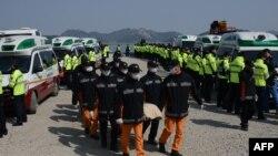 Южнокорейские спасатели несут тела погибших при крушении парома Sewol. 20 апреля 2014 года.