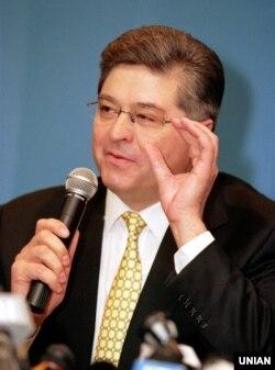 Екс-прем'єр-міністр України Павло Лазаренко під час своєї останньої прес-конференції на території України, в агентстві УНІАН, в Києві, в грудні 1998 році