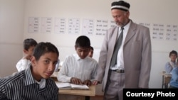 Учитель ведет урок. Таджикистан, 24 июня 2011 года.