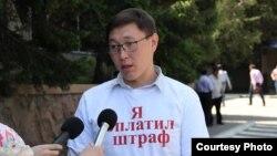 Полицияны видеоға түсіремін деп соққыға жығылған белсенді Арсен Шауенов. (Көрнекі сурет)