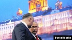Preşedintele moldovean Igor Dodon (stânga) şi omologul său rus Vladimir Putin la Forumul Economic Internaţional din Sankt-Peterburg
